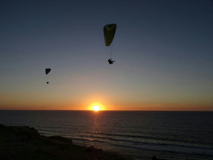Vol en parapente au coucher du soleil