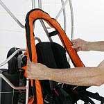 Mise en place du gilet de flotaison pour paramoteur